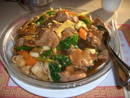 Flat noodles with beef and vegetables